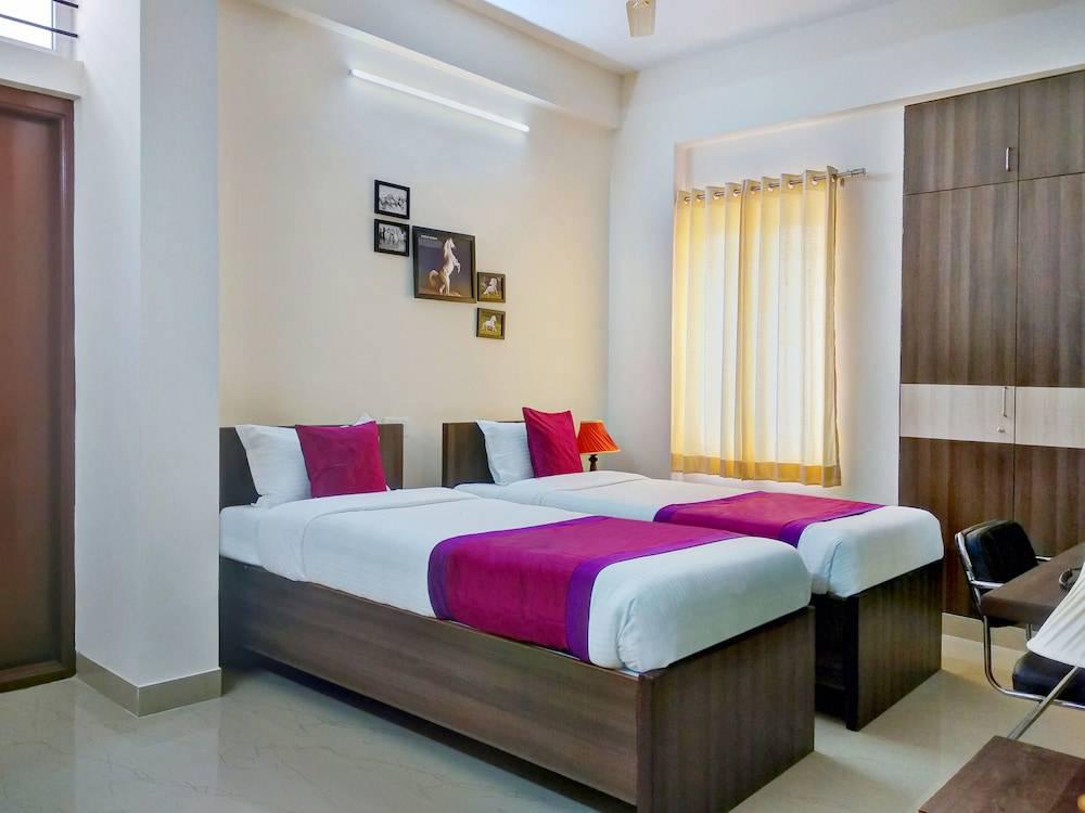OYO 11092 Hotel Shiv Enclave